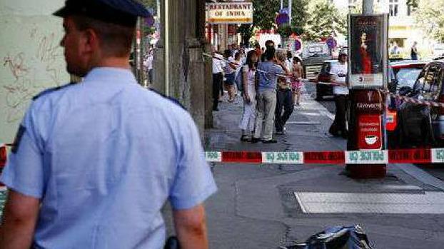 Mladá žena v Praze vyskočila z okna v sedmém patře.