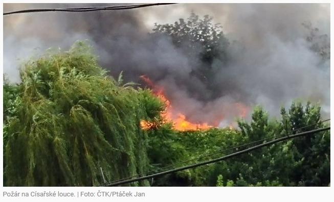 Na Císařské louce v Praze hořelo, do okolí se šířil hustý dým