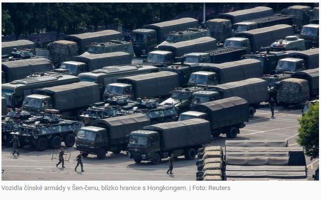 Čína hraje psychologickou válku s Hongkongem, přesouvá armádu blíž k hranici