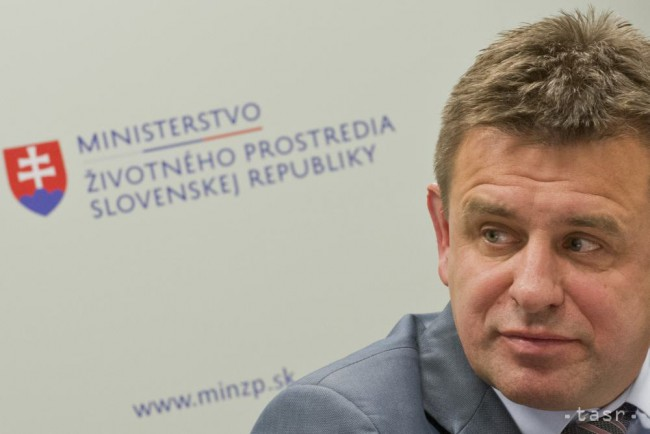 Policie odvezla od rozbitých dveří restaurace opilého slovenského ministra