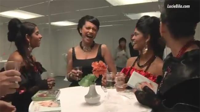 Lucie bíla zpívá s romskymi holkami romskou písničku .