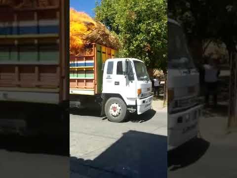 Děsivé okamžiky zářily lidé na ulici když se kolem nich řítil hořící nákladní automobil .