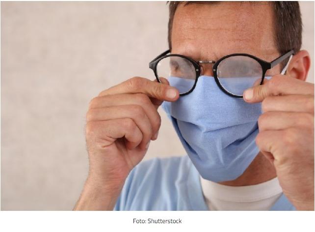 Chirurg prozradil trik, díky kterému se vám při nošení roušky nezamlží brýle